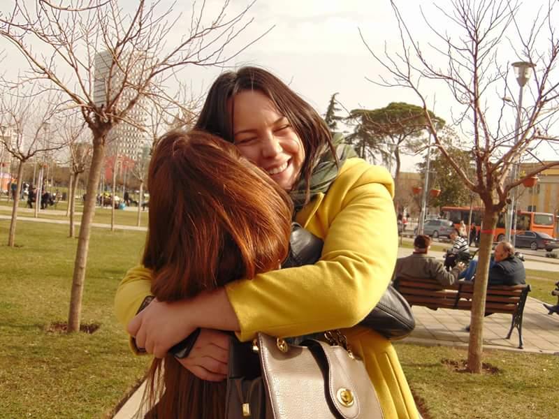 Free Hugs nga Nexhibe Kapri